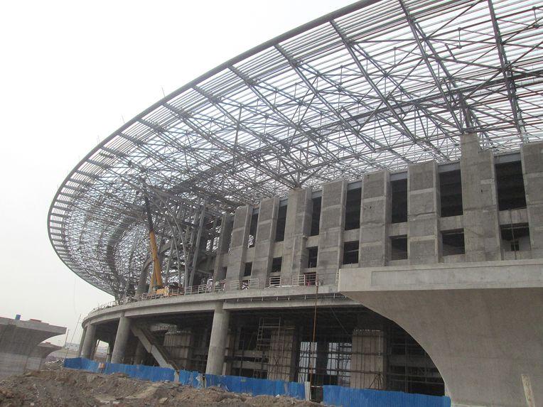 站房屋盖为大跨拱形钢结构屋盖,屋盖最高点标高为41米.